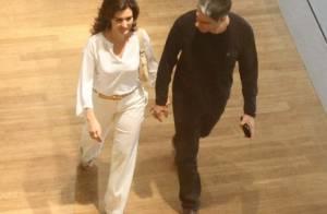 William Bonner e Fátima Bernardes passeiam de mãos dadas em shopping no Rio