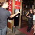 Anitta posa com fãs em churrascaria no Rio