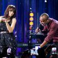 Anitta canta no 'Música Boa ao vivo', no Multishow, ao lado de Thiaguinho, e exibe novo corte de cabelo