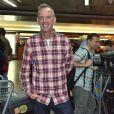 Fatboy Slim posa sorridente em aeroporto