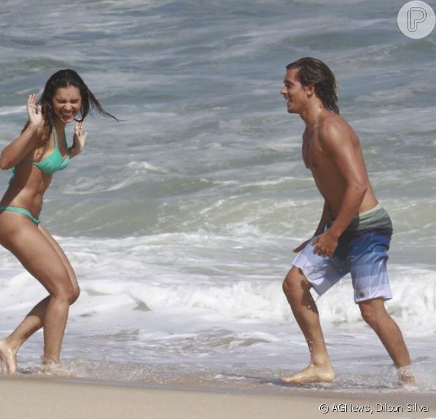 Mariana Rios e Ivan Mendes gravaram cenas para 'Salve Jorge' na praia da Macumba, na zona oeste do Rio, nesta sexta-feira, 1º de fevereiro de 2013