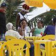 Como bom carioca, Zeca aproveitou o calor do Rio para ir ficar à beira-mar bebendo