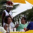 Zeca Pagodinho foi flagrado tomando uma cervejinha com amigos - um de seus programas preferidos - na praia na Barra da Tijuca, na zona oeste do Rio, em janeiro de janeiro de 2013