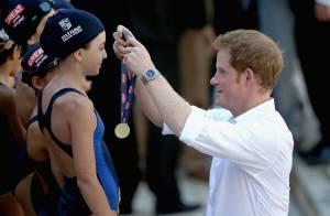 Príncipe Harry premia atletas em centro de treinamento olímpico em Minas Gerais