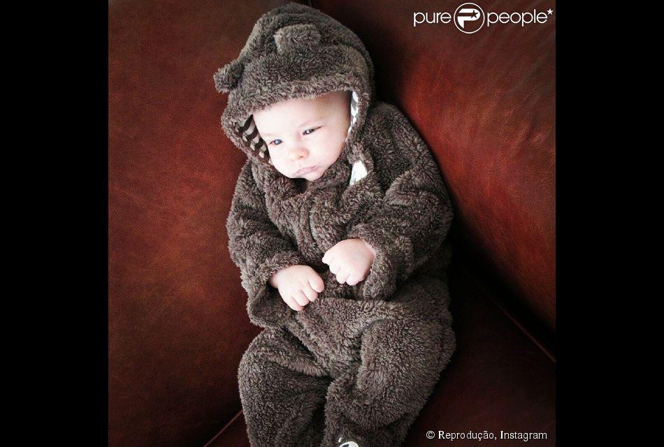 66ab5d121f8e1 Ana Hickmann fantasia o filho com roupa de ursinho