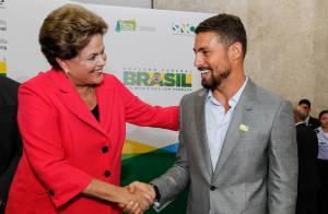 Cauã Reymond cumprimenta Dilma Rousseff em lançamento de programa governamental