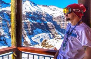 Caio Castro passa por cirurgia após quebrar clavícula durante viagem ao Chile