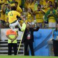 David Luiz comemora gol dando voadora na bandeirinha