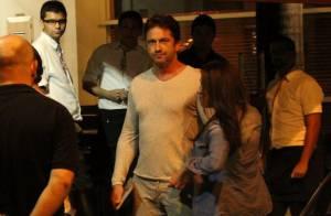 Gerard Butler se diverte com amigos em jantar e passeia pela orla do Rio