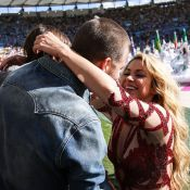 Shakira beija Piqué após cantar no encerramento da Copa