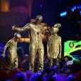 David Beckham e os filhos Romeo e Cruz ficam completamente sujos de tinta dourada