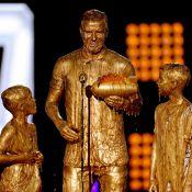 David Beckham e os filhos tomam banho de tinta dourada durante premiação nos EUA