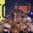 Tinta dourada cai em cima de David Beckham e dos filhos
