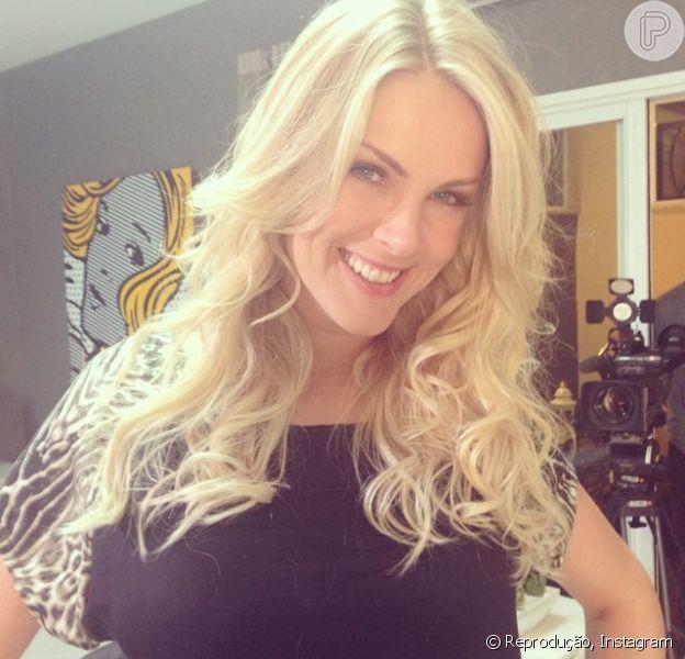 Ana Hickmann alonga o cabelo com mega hair e mostra resultado para os fãs no Instagram (24 de julho de 2014)