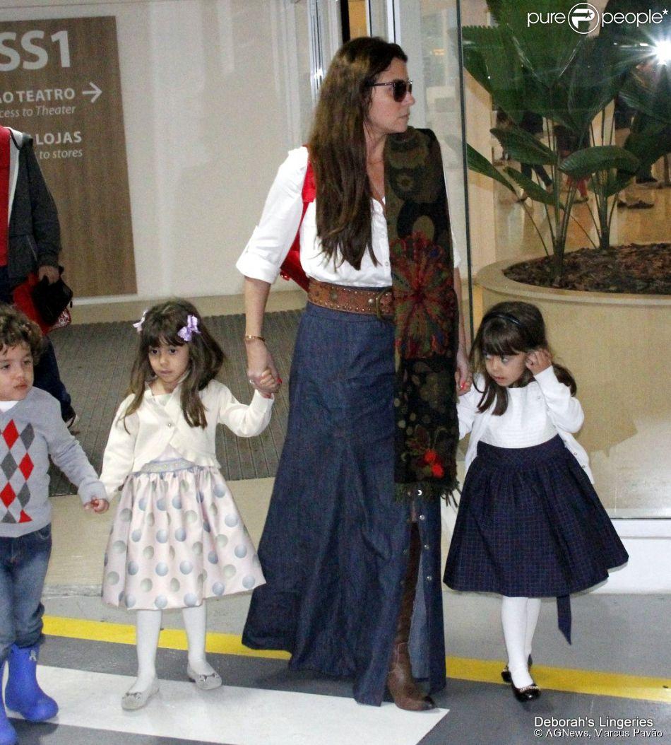 Giovanna Antonelli leva as filhas gêmeas Antônia e Sofia, de 3 anos, ao teatro, no Rio de Janeiro (26 de julho de 2014)