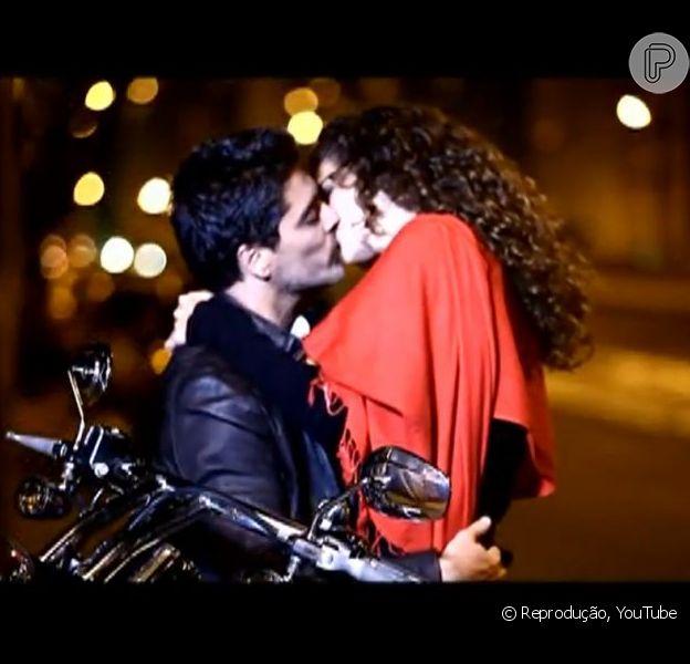 Junno Andrade beija a atriz Monaliza Marchi em clipe da música 'Aonde você foi parar', lançada em 2010