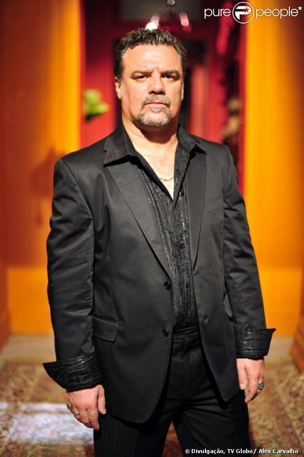 Russo (Adriano Garib) pede US$ 12 mil pela venda de Morena (Nanda Costa), em 'Salve Jorge', em 19 de fevereiro de 2013