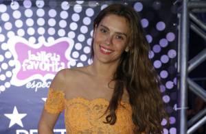 Carolina Dieckmann exibe novo visual e dança funk na festa de Preta Gil