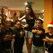 Paloma Bernardi posa com anões no Carnaval em Salvador: 'Novos seguranças'