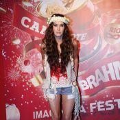 Megan Fox escolhe figurino de deusa grega para aproveitar camarote na Sapucaí