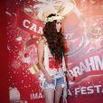 Megan Fox usou uma coroa de flores na cabeça, compondo visual deusas gregas no Carnaval do Rio