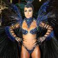 Sabrina Sato, sempre sucesso no Carnaval, foi rainha da bateria da Vila Isabel e usou uma fantasia cheia de brilhos e penas exbindo sua excelente forma