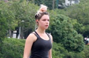 Sem maquiagem, Bruna Linzmeyer faz exercício na Zona Sul do Rio