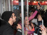 Caio Castro vai à feira fitness e tira fotos com fãs de área cercada por vidros