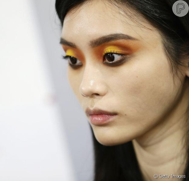 Maquiagem colorida é tendência para o verão. Amarelo e laranja no desfile da L'Oreal.
