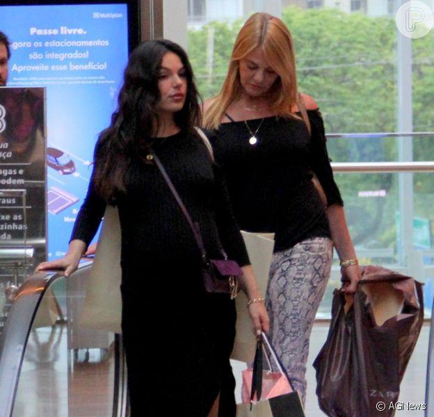 Isis Valverde é fotografada em dia de compras com a mãe, Rosalba Nable, no Shopping Village Mall, na Barra da Tijuca, zona oeste do Rio de Janeiro, nesta quinta-feira, 8 de novembro de 2018