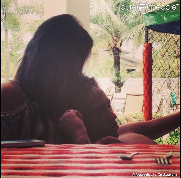 Bruna Marquezine postou uma foto romântica com o namorado, Neymar, em 12 de fevereiro de 2013