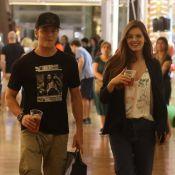 Klebber Toledo e Camila Queiroz passeiam em shopping e distribuem sorrisos. Veja