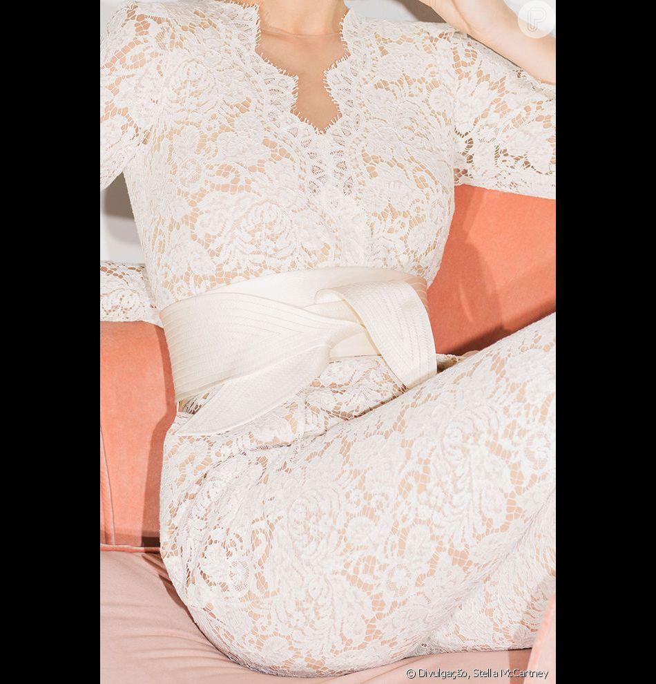 Stella McCartney acaba de anunciar o lançamento de sua linha de noivas. O macacão de renda já foi usado -- em uma versão preta -- pela própria Stella no baile do Met