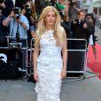Toda de branco, Ellie Goulding também marcou presença no 'GQ Men of the Year Awards'