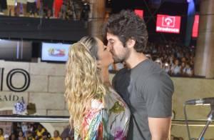 Claudia Leitte dá beijão no marido em cima do trio e aparta briga em seu bloco
