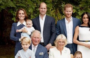 Príncipe Louis diverte Família Real ao apertar nariz do avô, Charles, em foto