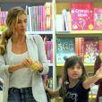 Grazi Massafera e a filha, Sofia, foram em uma livraria durante passeio pelo shopping Village Mall, na Barra da Tijuca, Zona Oeste do Rio de Janeiro
