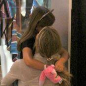 Mãe coruja! Grazi Massafera dá abraço na filha durante passeio por shopping