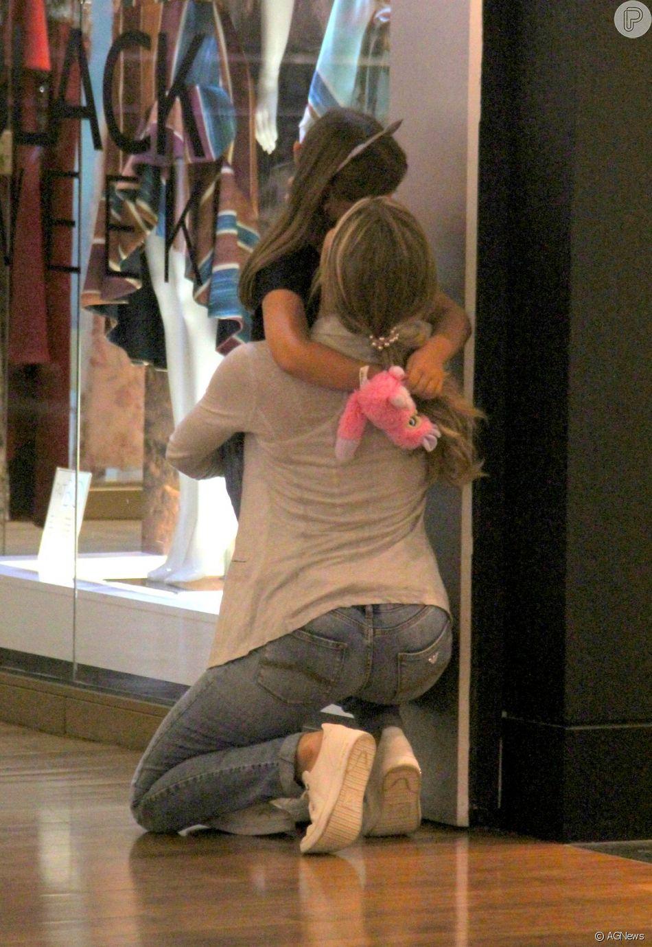 Grazi Massafera demonstrou seu lado coruja ao dar abraço apertado na filha, Sofia