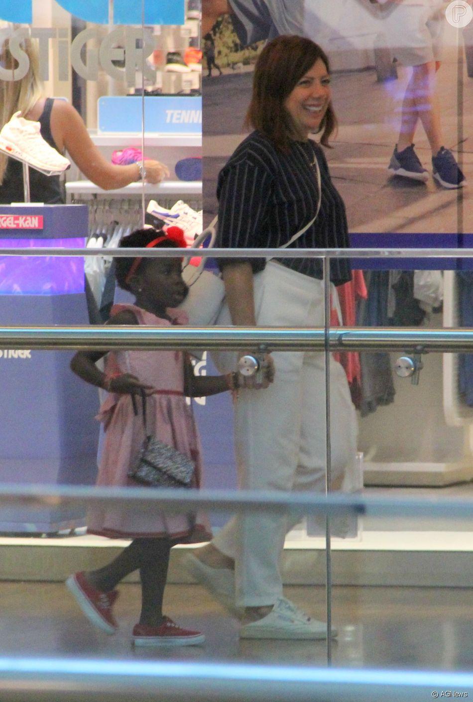 Filha de Bruno Gagliasso e Giovanna Ewbank, Títi passeia com avó materna, Débora, em shopping do Rio de Janeiro