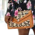 A bolsa de cobra pode combinar com um vestido florido