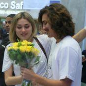 Bruno Montaleone recebe a namorada, Sasha Meneghel, com flores em aeroporto