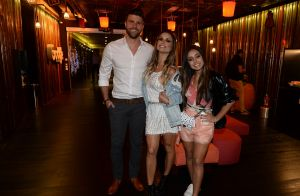 Ivete Sangalo se apresenta descalça, ganha prêmio e agita famosos em pocket show