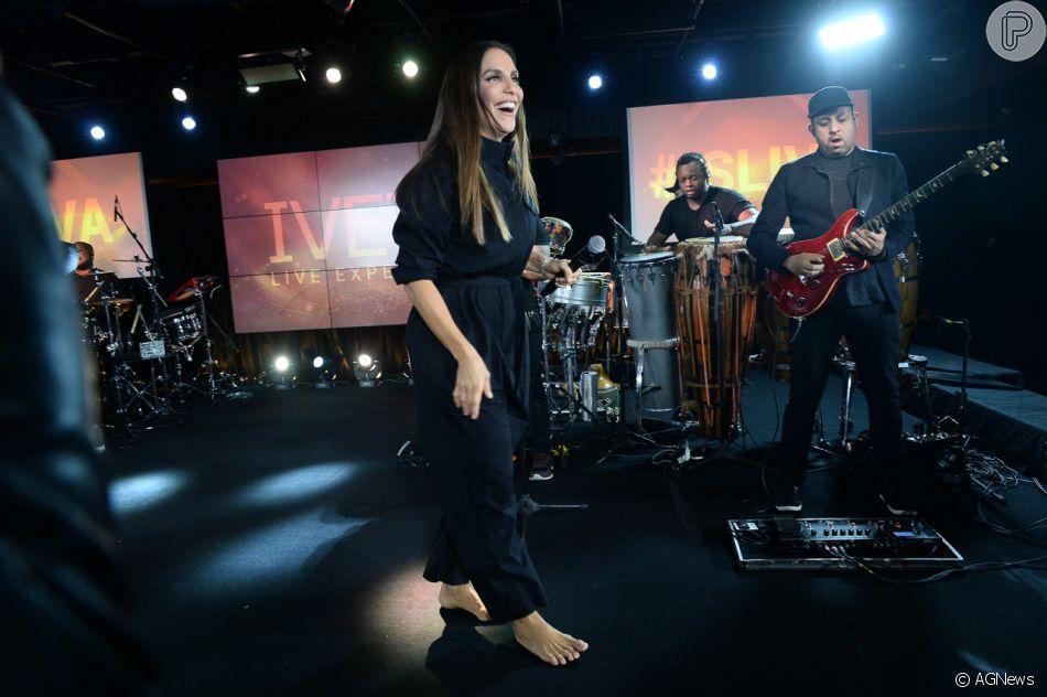 Ivete Sangalo apresenta descalça em pocket show do projeto 'Live Experience'