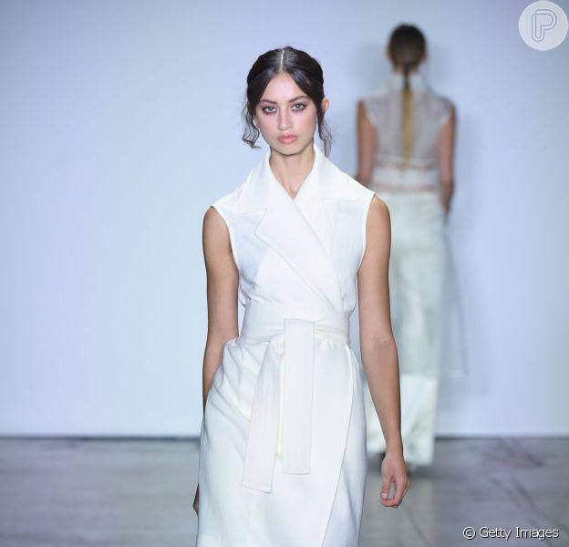 Branco total é a cara do verão! Vestido envelope em estilo colete dá para usar o ano todo!