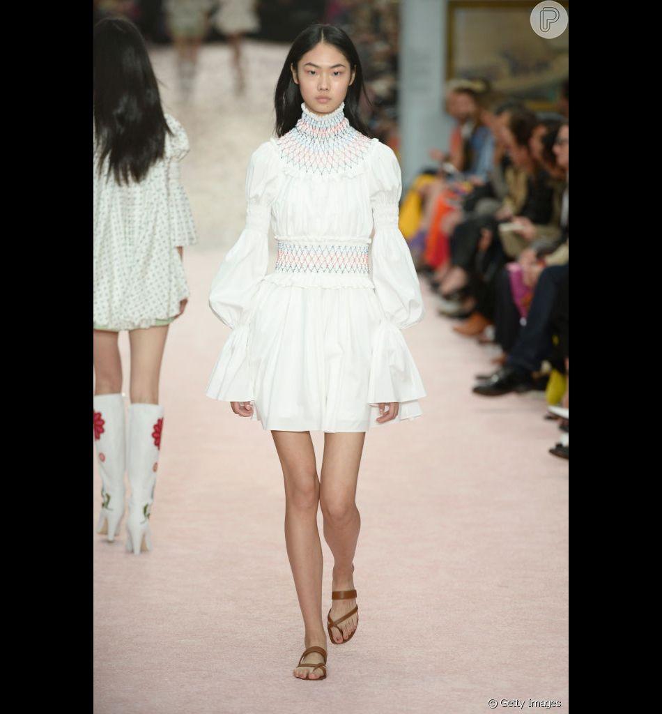 Branco total é a cara do verão! Look Carolina Herrera traz feminilidade e romantismo à produção