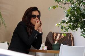 Mariana Rios toma sorvete em dia de sol no Rio com look elegante