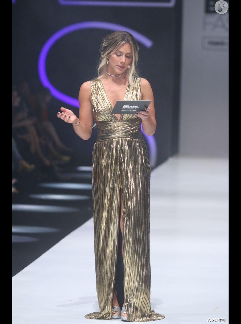 b20fe0308 Giovanna Ewbank apostou em um vestido longo plissado com fenda e decote  generosos da Martu