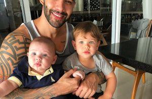 Filhos de Gusttavo Lima impressionam por semelhança com mãe em foto: 'Idênticos'