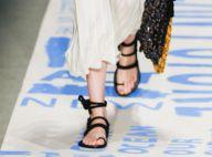 10 looks com tênis e sandálias rasteiras para inspirar as produções de verão